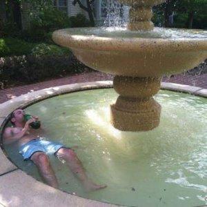 Bagno rinfrescante nella fontana