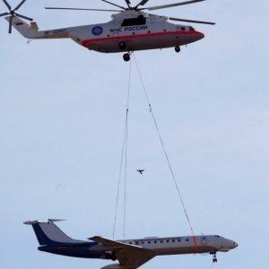 Elicottero trasporta un aereo
