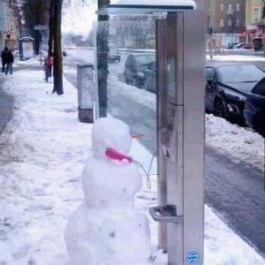 Pupazzo di neve al telefono
