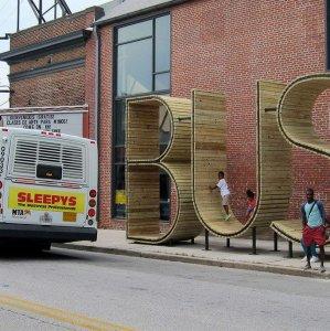 Strana fermata dell'autobus