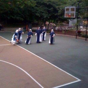 Suore giocano a basket