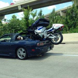 Trasportare una moto con un'auto