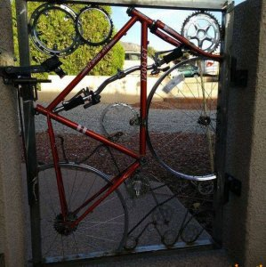 Un cancello con la bicicletta