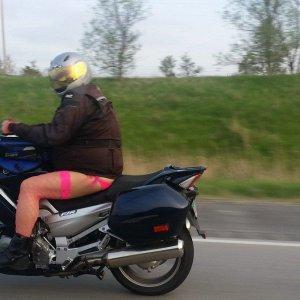 Uno strambo motociclista