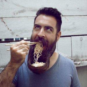 Usare la barba come piatto