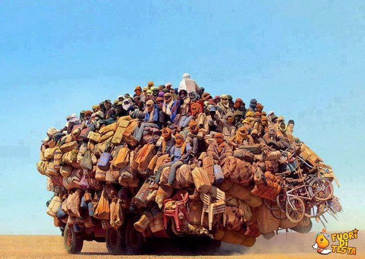Un camion affollato