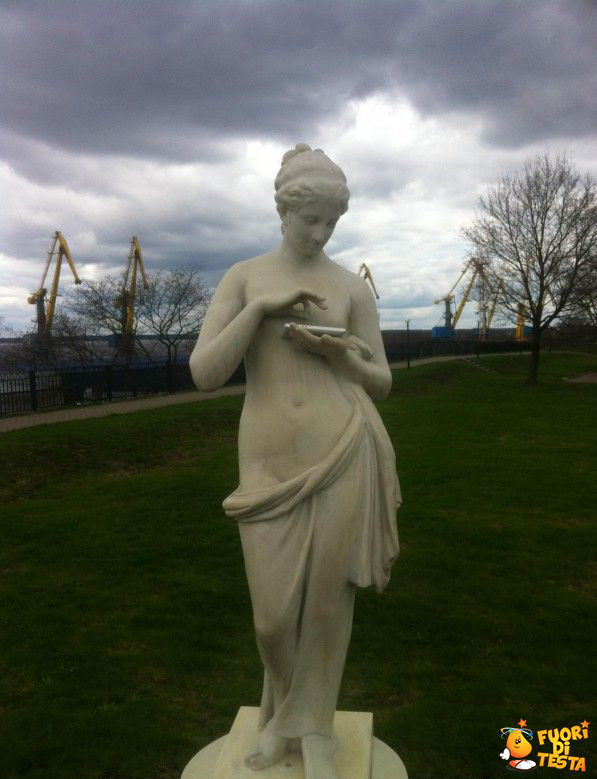 La statua usa il tablet