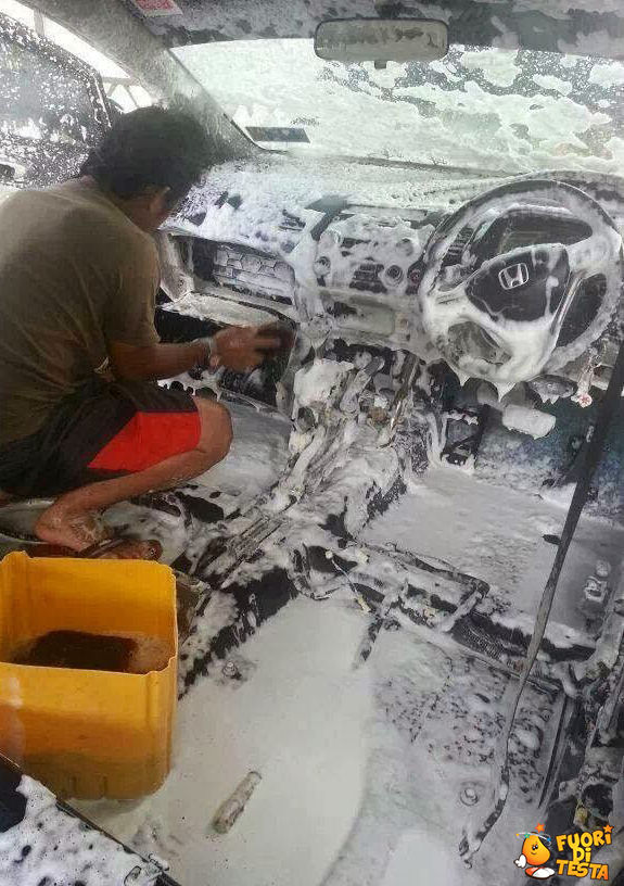 Lavare l'auto accuratamente
