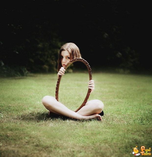 Nascondersi dietro lo specchio