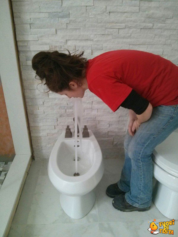 Strana fontanella in bagno