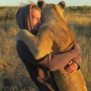 Abbracciare un vecchio amico