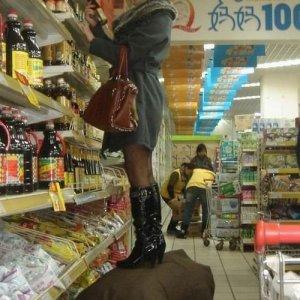 Aiutare una donna a fare la spesa