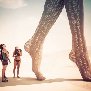 Imponente scultura in spiaggia