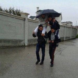 In quattro con un ombrello