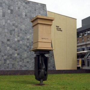 La statua a testa in giù