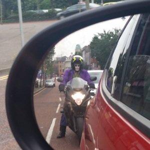 Motociclista inquietante