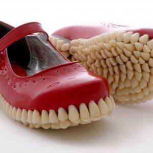 Scarpe a forma di dentiera