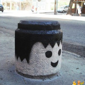 Strane decorazioni per strada