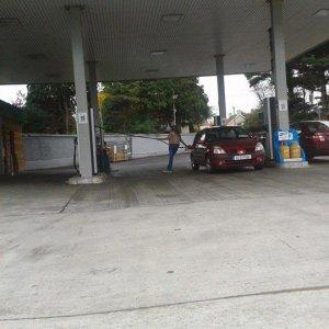 Strano modo di fare benzina