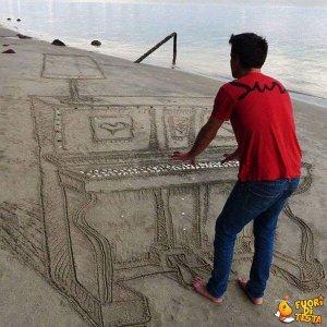 Suonare il piano sulla spiaggia