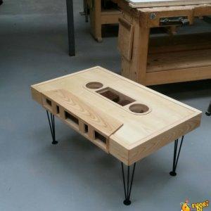 Tavolino a forma di musicassetta