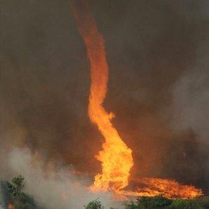 Tornado risucchia un incendio