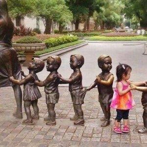 Trova l'intrusa tra le statue