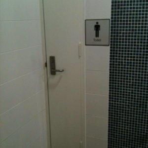 Una stretta toilette