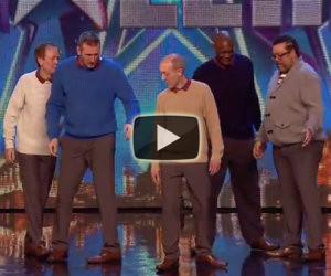 5 uomini non proprio giovani salgono sul palco e stupiscono tutti