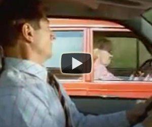 Un'anziana signora in macchina fa uno scherzo diabolico