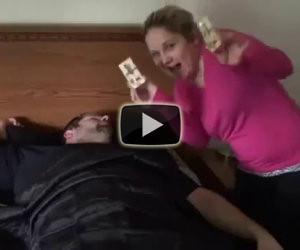 Ogni volta che il partner si sveglia, l'altro gli fa uno scherzo terribile