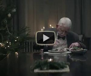 Si ritrova da solo a Natale, ciò che fa poco dopo vi farà commuovere