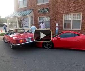 Una donna fa una manovra sbagliata e finisce su una Ferrari