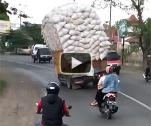 Un camion sovraccarico sfida la forza di gravità, chi vincerà?