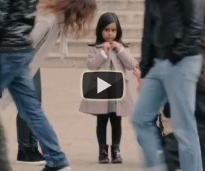 La gente aiuta una bimba in base ai suoi abiti, ecco l'esperimento sociale