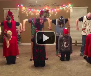 Famiglia si prepara in salotto, ecco che succede quando parte la musica