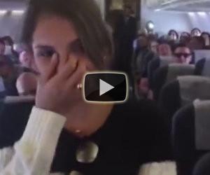 Un'emozionante proposta di matrimonio a bordo di un aereo
