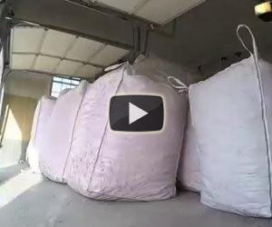 Trova dei sacchi in garage, suo marito le ha fatto una grande sorpresa