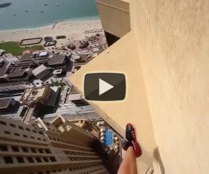 Un ragazzo sfida la morte saltando sul bordo di un grattacielo