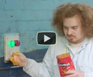 Strana pubblicità di patatine