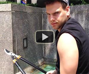 Va in giro tagliando i selfie stick con una cesoia, ecco le reazioni!