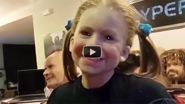Guardate bene questa bambina, non vedete niente di strano?