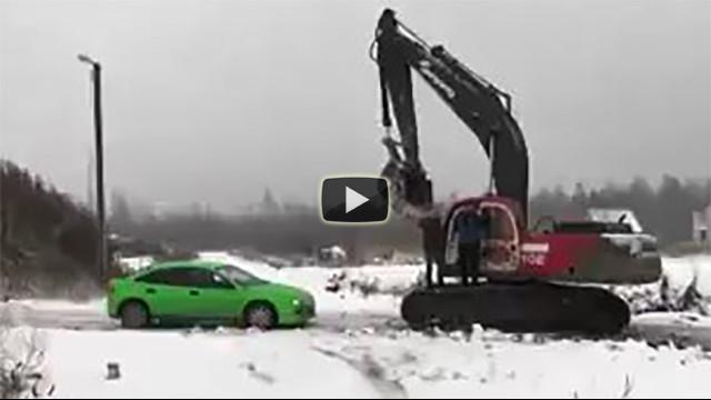Automobile contro un escavatore in Russia