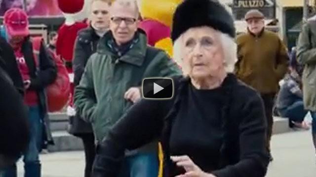 Un artista di strada balla con una donna di 82 anni che lo stupisce