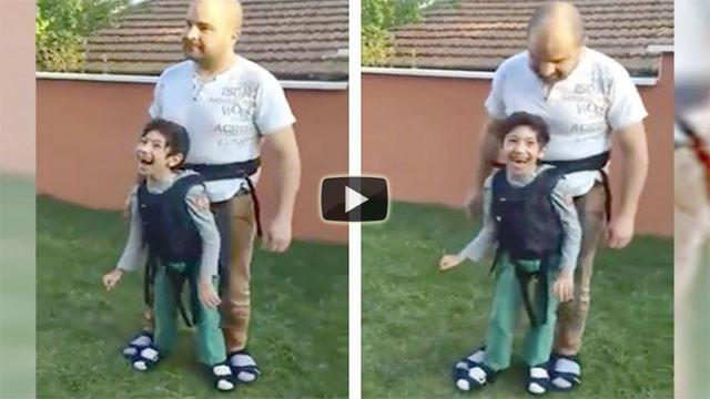 Il papà fa provare al figlio paralizzato il piacere di una camminata
