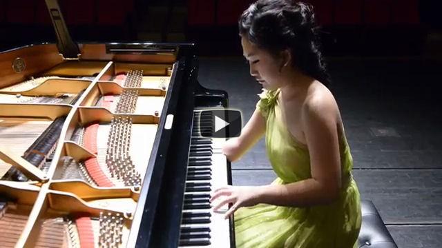 Ha solo una mano ma il modo in cui suona il piano è spettacolare