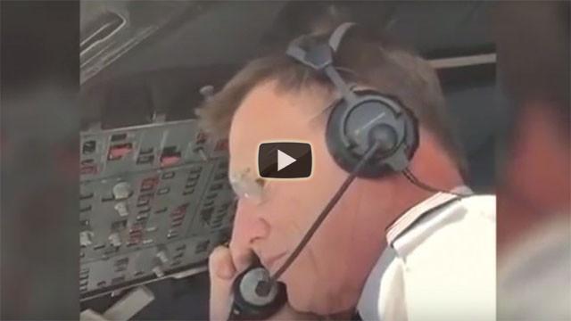 Il pilota dell'aereo chiede ad una passeggera di sposarlo