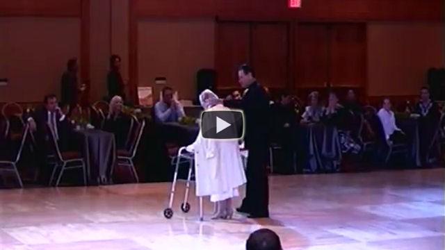 Ha 94 anni e va in pista con un'assistente, poco dopo stupisce tutti