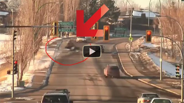 Un salto sull'autostrada con una motoslitta
