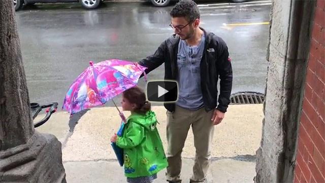 Papà e figlia hanno un solo ombrello. La soluzione? Simpaticissima!